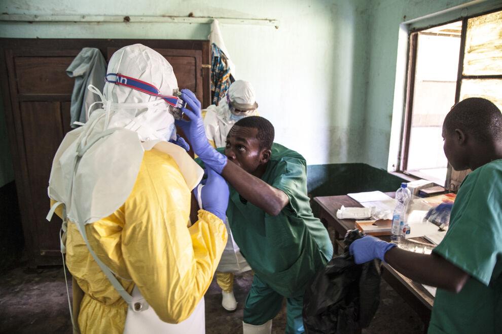 Terveystyöntekijät valmistautuvat hoitamaan ebolapotilaita Bikoron sairaalassa Luoteis-Kongossa. © UNICEF/UN0209048/Naftalin