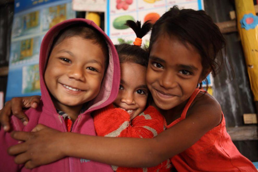Pienillä koululaisialla on hauskaa UNICEFin tukemassa koulussa Dhakassa Bangladeshissa.