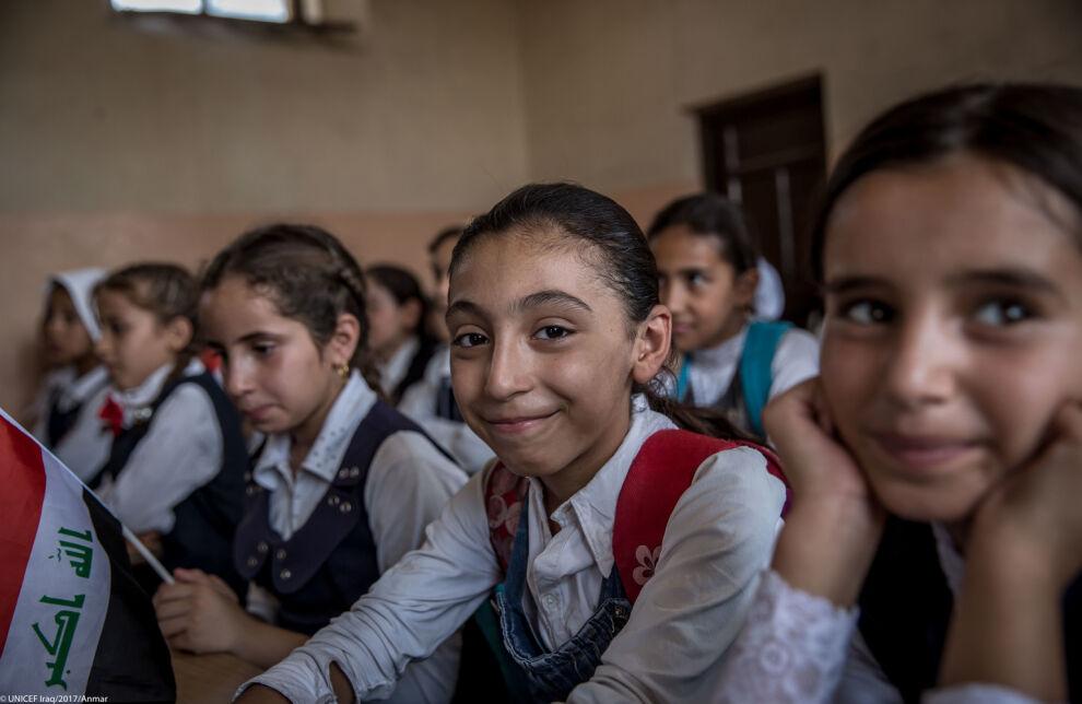 Länsi-Mosulissa asuva Fatma on iloinen päästessään takaisin kouluun pitkän tauon jälkeen. © UNICEF/UN072418/Rfaat