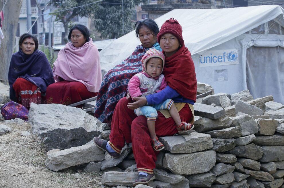 UNICEF on pystyttänyt hoitokeskuksia pahiten kärsineille alueille. Gorkhan läänissä raskaana olevat naiset ja lapset saavat keskuksesta terveyspalveluja, hoitoapua ja lämpimän aterian.  Kuva: © UNICEF/UN016485/Shrestha