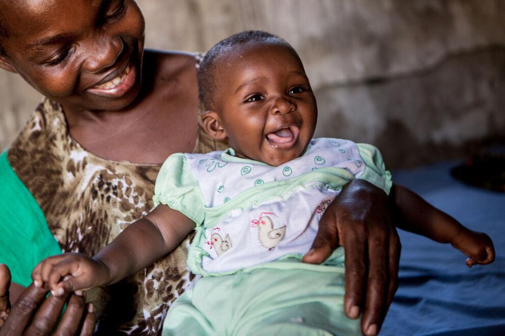 Tansanialainen HIV-positiivinen Bertha Andrews Ndikwege iloitsee, ettei virus tarttunut hänen lapseensa.