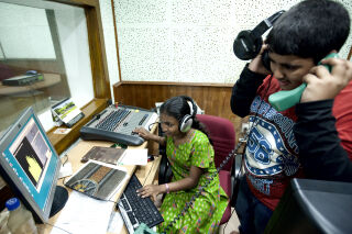 Ipshita Baidya (13) ja Rajatava Halder (13) harjoittelevat median tekoa Jadavpurin yliopistossa, Intian Kolkatassa.